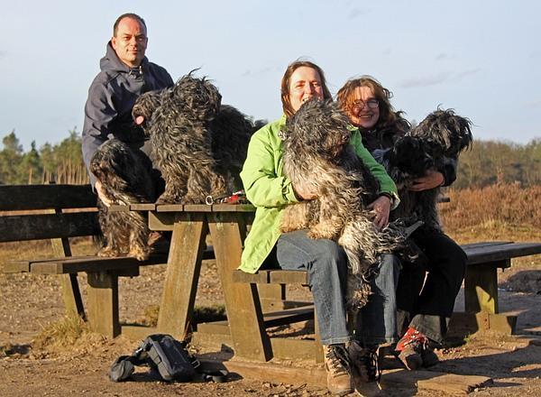 Over ons. Arjen, Carlian en Dorien met de schapendoezen.
